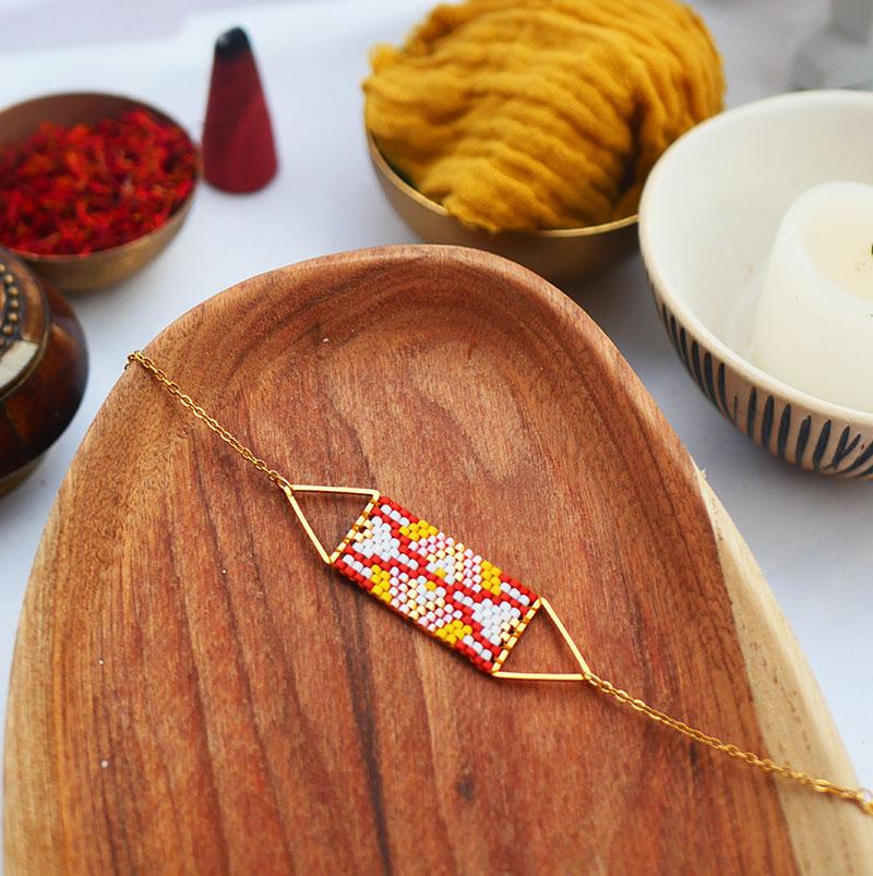 Gebetnout bijoux fantaisie lyon mode tendance bijouterie femme Annecy artisan watthanaram ayutthaya miyuki geometrie bracelet triangle stupa rouge jaune blanc