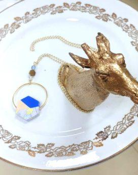Gebetnout bijoux fantaisie lyon mode tendance bijouterie femme Oullins artisan sautoir bois japonais géométrie hexagone bleu jaune cercle