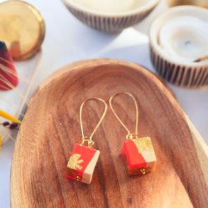 Gebetnout bijoux fantaisie lyon mode tendance bijouterie femme Annecy artisan watthanaram ayutthaya bois geometrie cube corail feuille or dore