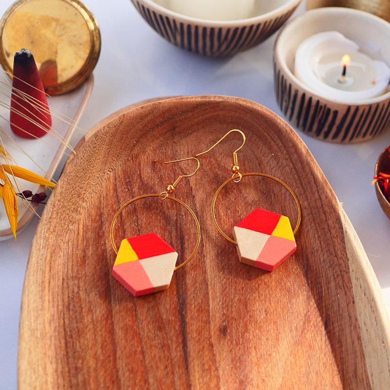 Gebetnout bijoux fantaisie lyon mode tendance bijouterie femme Annecy artisan watthanaram ayutthaya bois geometrie hexagone corail saumon jaune dore