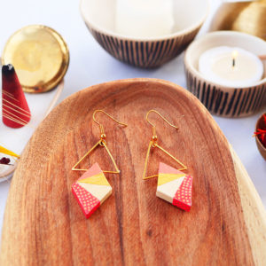 Gebetnout bijoux fantaisie lyon mode tendance bijouterie femme Annecy artisan watthanaram ayutthaya bois geometrie triangle losange rouge peche dore