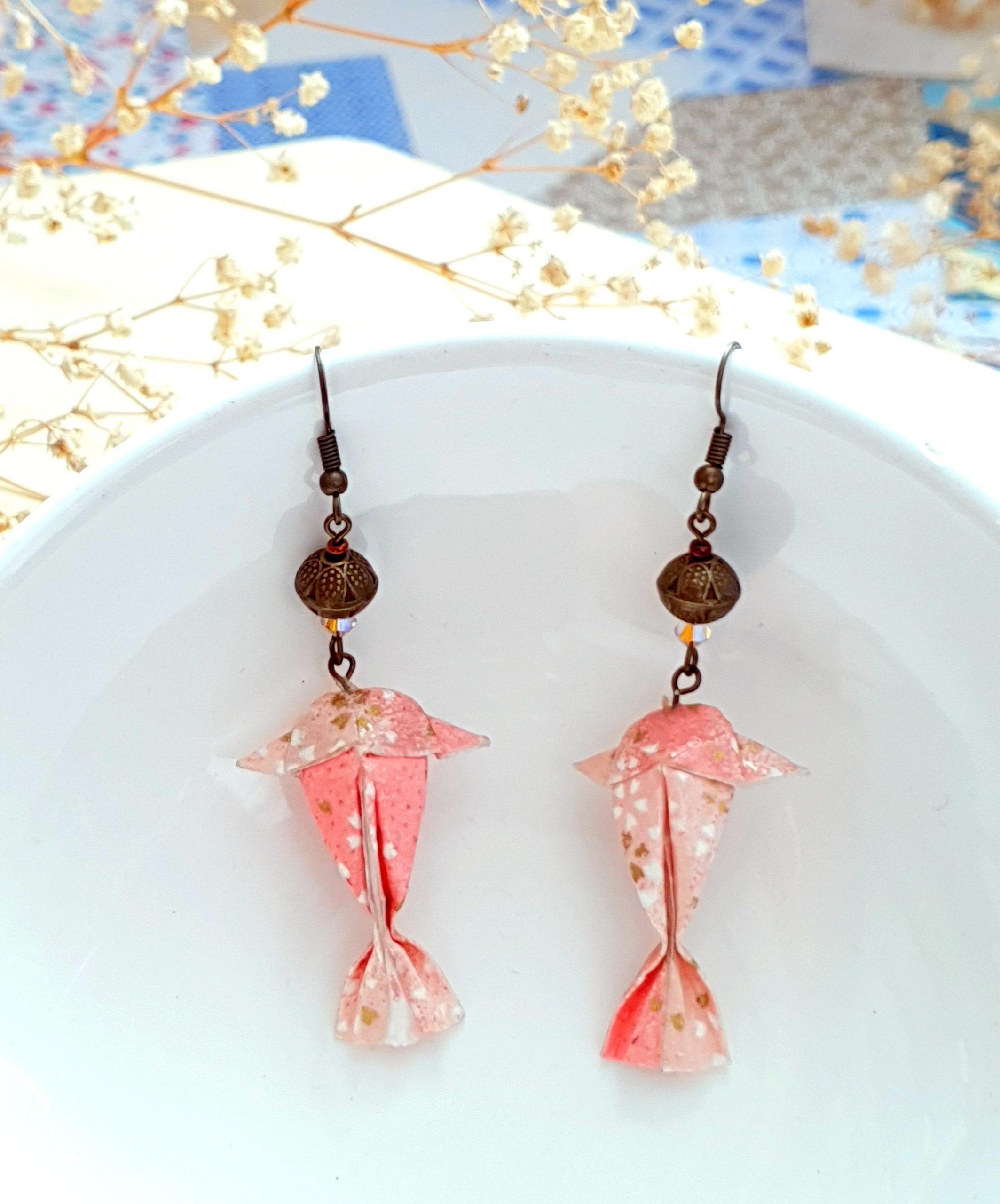 Boucles d'oreilles origami carpe koï rose et perle swarovski, métal bronze.