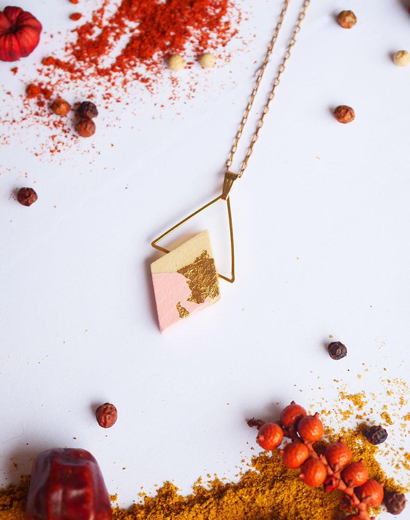 Gebetnout bijoux fantaisie lyon mode tendance bijouterie femme Annecy artisan Licancabur collier geometrie triangle rose feuille or