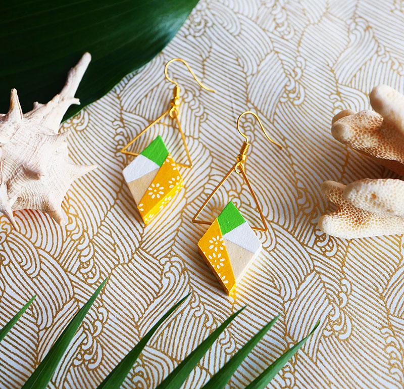 Gebetnout bijoux fantaisie lyon mode tendance bijouterie femme Annecy artisan Opunohu geometrie bois losange triangle papier jaune vert anis