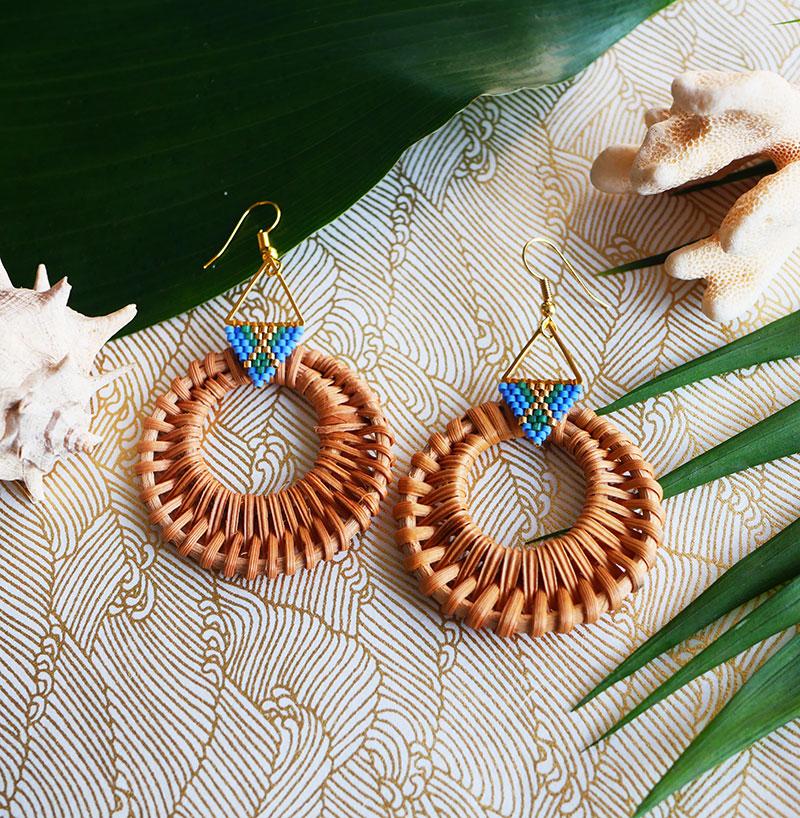 Gebetnout bijoux fantaisie lyon mode tendance bijouterie femme Annecy artisan Opunohu rotin triangle bleu dore vert osier miyuki