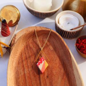 Gebetnout bijoux fantaisie lyon mode tendance bijouterie femme Annecy artisan watthanaram ayutthaya bois geometrie collier losange triangle saumon dore papier