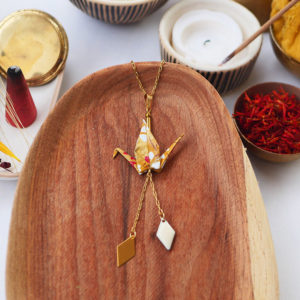 Gebetnout bijoux fantaisie lyon mode tendance bijouterie femme Annecy artisan watthanaram ayutthaya origami grue losange email ocre blanc