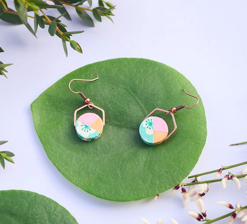 Gebetnout bijoux fantaisie lyon mode tendance bijouterie femme annecy artisan bois japonais géométrie rond hexagone fleuri rose turquoise
