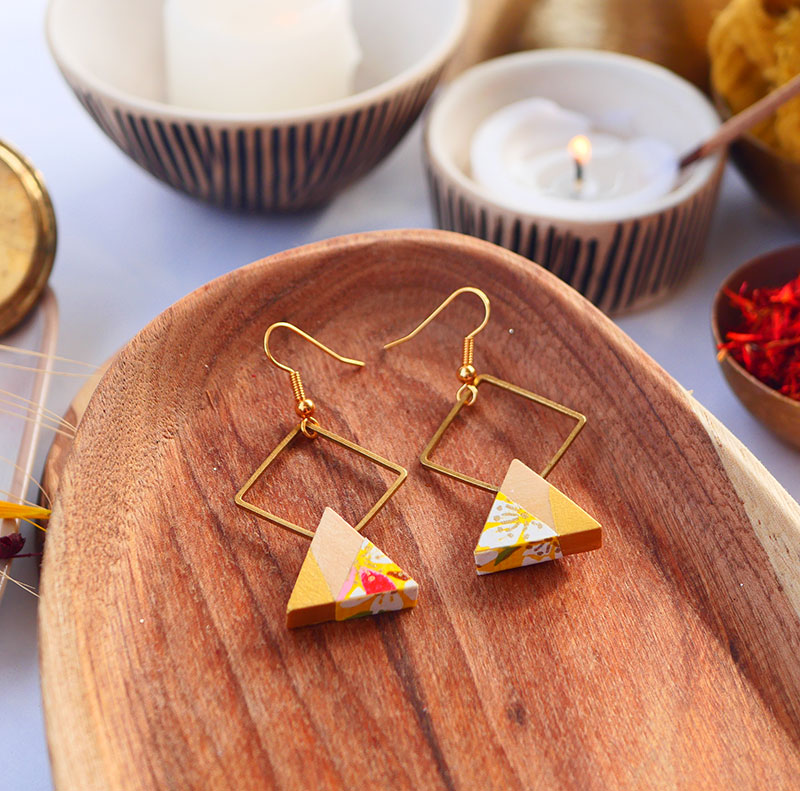 Gebetnout bijoux fantaisie lyon mode tendance bijouterie femme Annecy artisan watthanaram ayutthaya bois geometrie triangle losange jaune papier dore