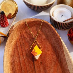 Gebetnout bijoux fantaisie lyon mode tendance bijouterie femme Annecy artisan watthanaram ayutthaya bois geometrie collier losange triangle jaune feuille cuivre