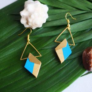 Gebetnout bijoux fantaisie lyon mode tendance bijouterie femme Annecy artisan Opunohu geometrie bois losange triangle buis bleu ciel laiton