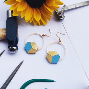 Gebetnout bijoux fantaisie lyon mode tendance bijouterie femme Annecy artisan bois buis geometrie hexagone laiton bleu ciel dore or