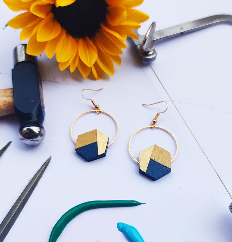Gebetnout bijoux fantaisie lyon mode tendance bijouterie femme Annecy artisan bois buis geometrie hexagone laiton bleu marine dore or