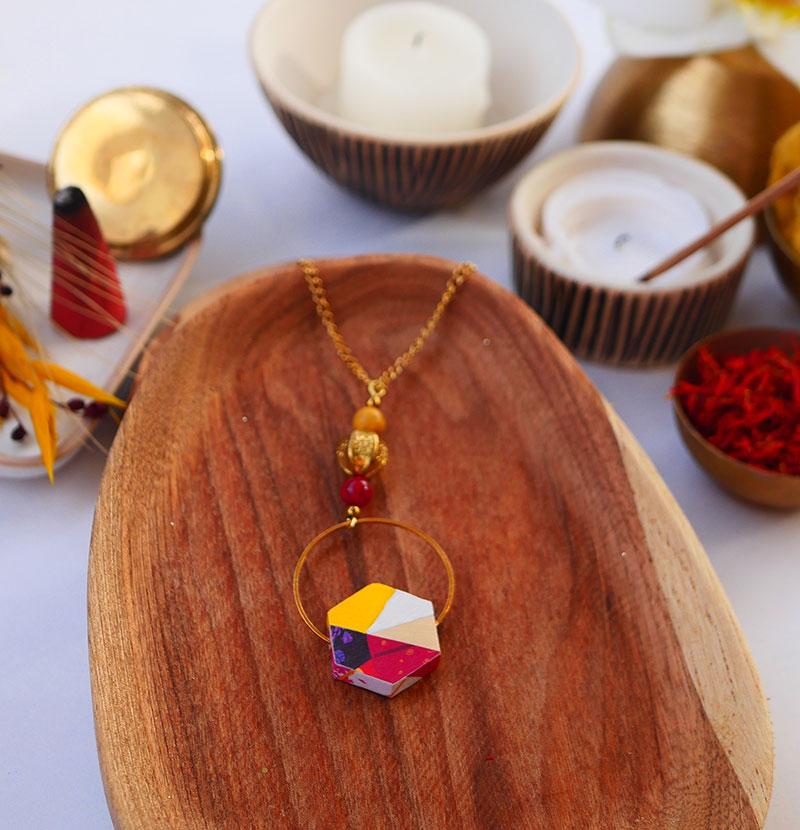 Gebetnout bijoux fantaisie lyon mode tendance bijouterie femme Annecy artisan watthanaram ayutthaya bois geometrie sautoir hexagone jaune rouge papier howlite